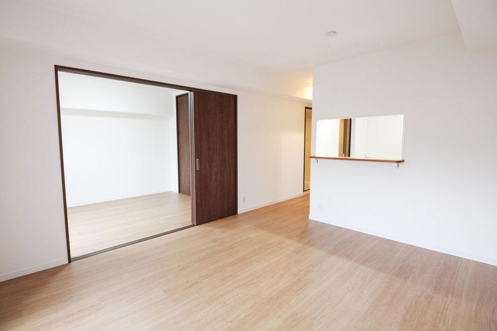 和室を洋室に間取り変更し、2枚建て引戸を設置しました。フローリングはDAIKENのルームアートに張り替えました。
