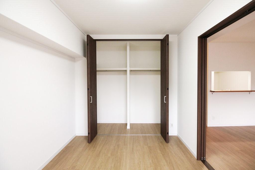 和室の押入をクローゼットに変更しました。収納力はそのままでも使いやすさが抜群にUPしました。