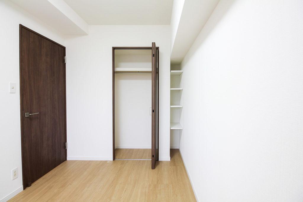 洋室は壁紙を貼り替え、クローゼットとオープン可動棚を設置しました。