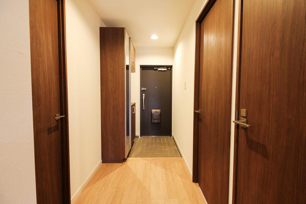 玄関ホールは、壁紙を貼り替えて扉を取り替えました。くたびれた印象だった玄関もアンティークモダンな印象にがらりと変貌しました。