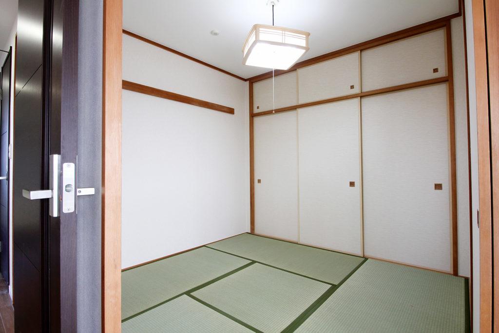 和室は、壁紙の貼り替えと畳の表替え・襖の張替を行いました。新しい畳の香りがとても心地よい空間になりました。