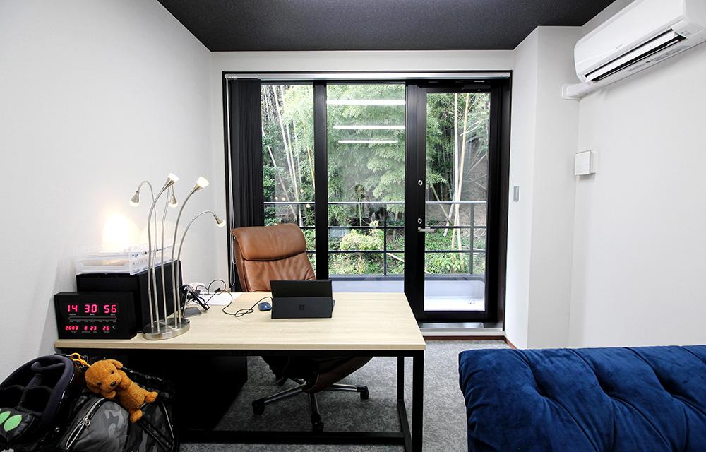 社長室もイケてます!タテ型ブラインドも天井クロスも床タイルカーペットも色彩トーンが素敵です。