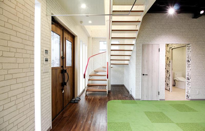 特注鉄骨R階段も木製踏板とのハイブリッドで素敵だと思いませんか。