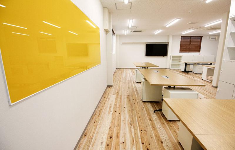 2F事務所を少しだけお見せします。床材は音響熟成木材(鶴島工務店様ご協力)を使ってます。
