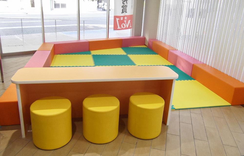 キッズコーナーも従前より倍以上のスペースとし、床にはクッション材を張り、目が届くようにローカウンターを併設。