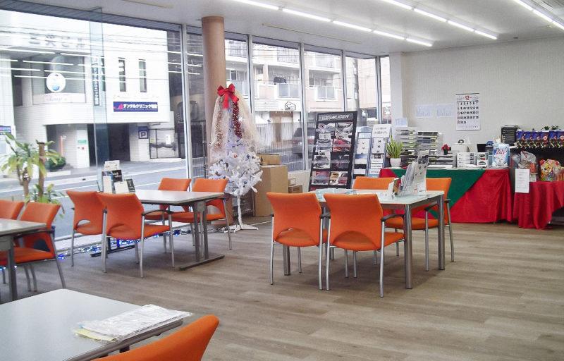 ショールーム内は明るめの木調とし、壁は白基調で明るく、広々とした空間となりました。