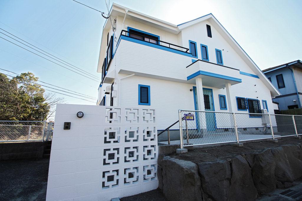 沖縄県でよく利用される花ブロックが特徴的な門扉。建物と合わせて白で塗装しました。