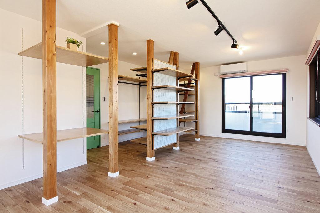 子ども部屋は既存の柱を敢えて露わにしました。柱に取り付けたスリットによって、オープン収納や机として使用することが出来ます。水色の有孔ボードには小物をかけることも可能です。