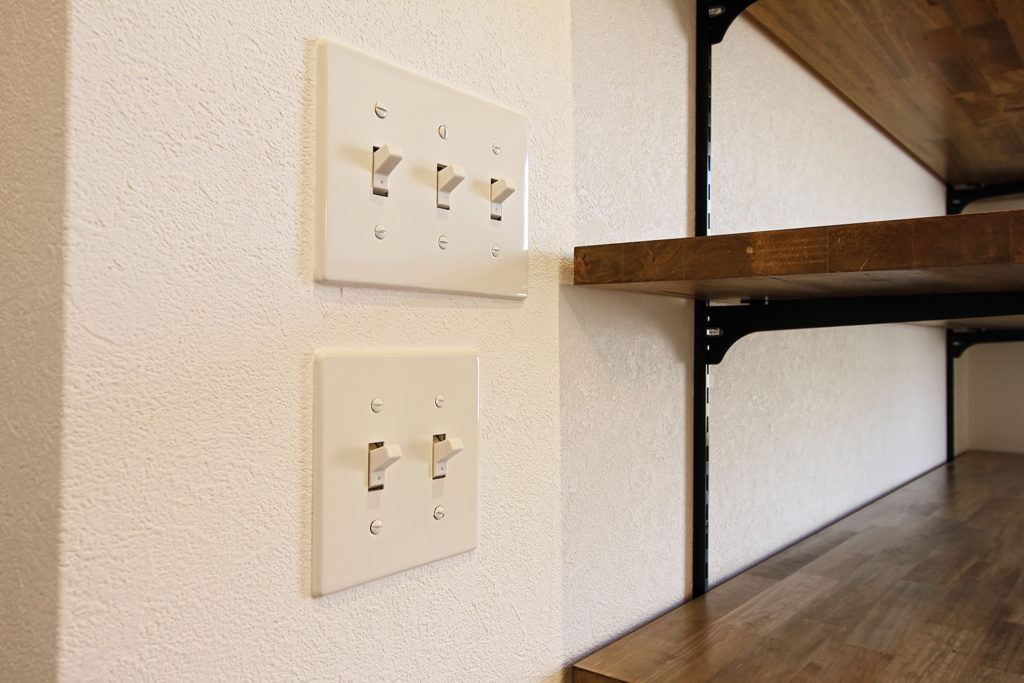室内照明のスイッチには、レトロな質感が魅力的なPanasonicの「タンブラスイッチ」を使用しました。