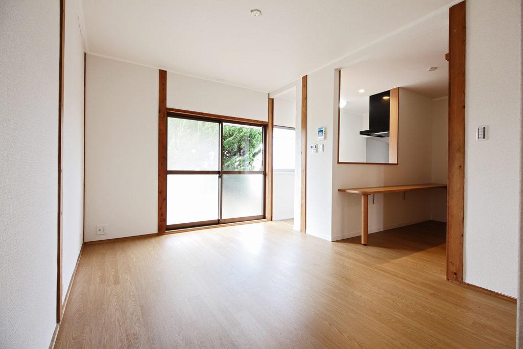 和室とダイニングキッチンの間仕切壁を撤去し、LDKに変更しました。キッチンの対面には3人掛けのカウンターを設置しました。
