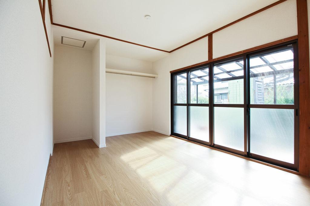 以前は和室だった部屋を洋室にレイアウト変更しました。押入や仏間は無くし、オープンな収納スペースを確保しました。