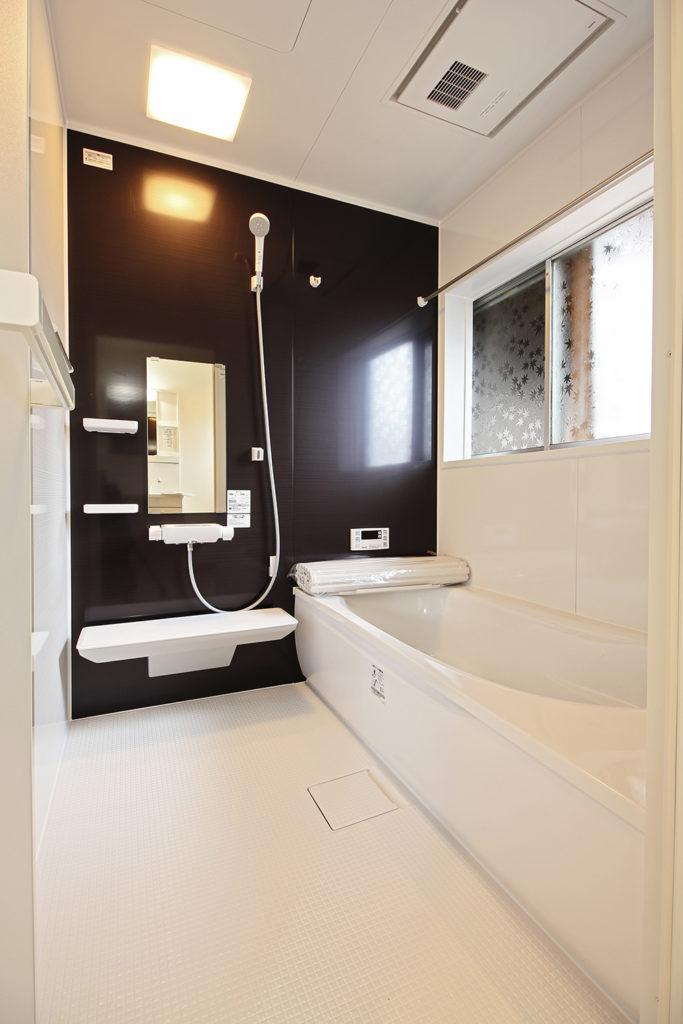 全面タイル張りで冬は冷たい在来工法浴室でしたが、冬でも暖かい浴室暖房乾燥機付きのユニットバスを設置しました。