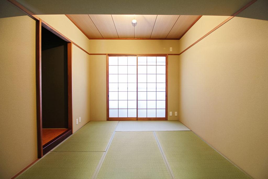 北面窓側の和室は、湿気抑制のために調湿効果のある珪藻土壁紙を採用しました。