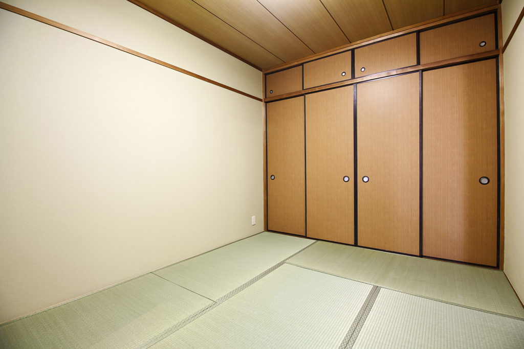和室の押入には木目調の襖紙を採用し、温かみのある空間にしました。