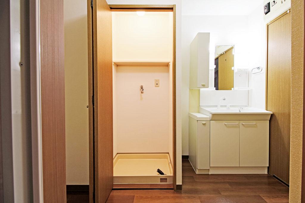 洗面室のCFシートを白木目からブラウンのオーク木目床材に張り替えました。