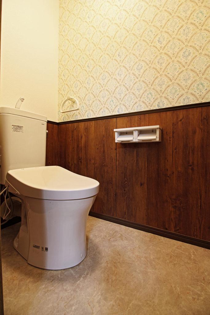 パインのポリ板を使ってトイレの腰壁を製作しました。カジュアルな花模様があしらわれた壁紙を使い、楽しいレストルームに仕上げました。