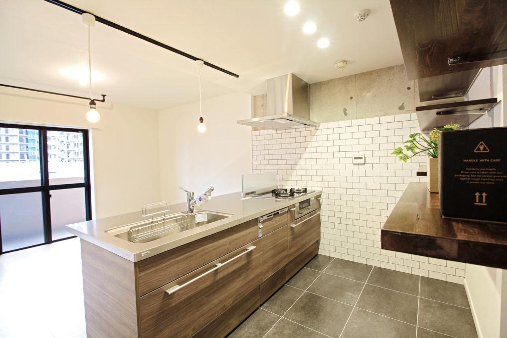 キッチンはLIXILのリシェルSIにしました。コンロ側の壁には艶のある白いタイルをレンジフード下まで貼りました。