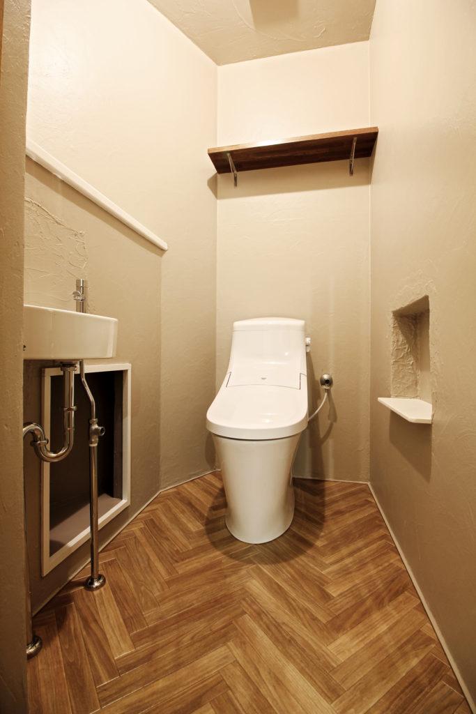 トイレは塗り壁だったため、ベージュ色の塗装で仕上げました。