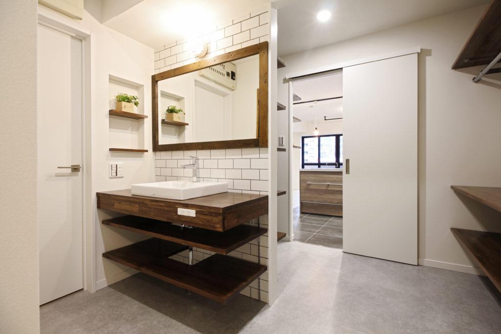 壁にはニッチを設け、ベッセル式の洗面カウンターを造作しました。キッチンから洗面室まで繋がっており、通り抜けが可能です。
