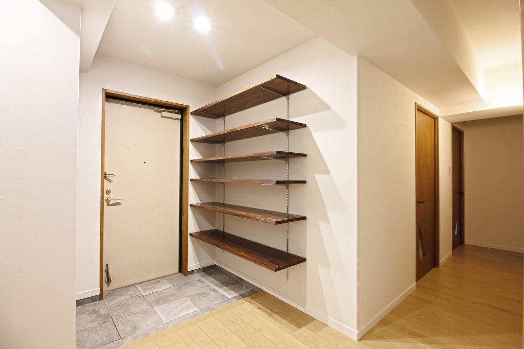 玄関は壁紙と土間タイルを張り替えました。玄関収納としてオープン式の可動棚6段を設置しました。
