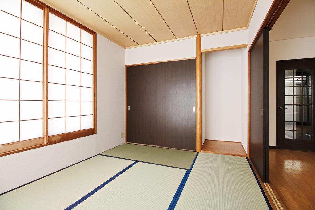 和室の畳の表替えと障子の張替を行いました。押入の扉はフラッシュ戸を引違い扉として設置しました。
