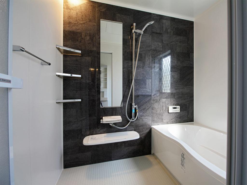 浴室拡張工事を行い、LIXILのユニットバスアライズ1620サイズを設置しました。