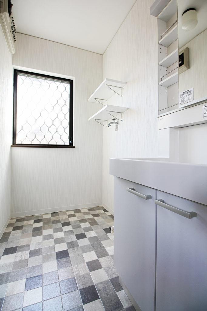 洗面室の床はアルベロタイル柄のCFシートに貼り替えました。