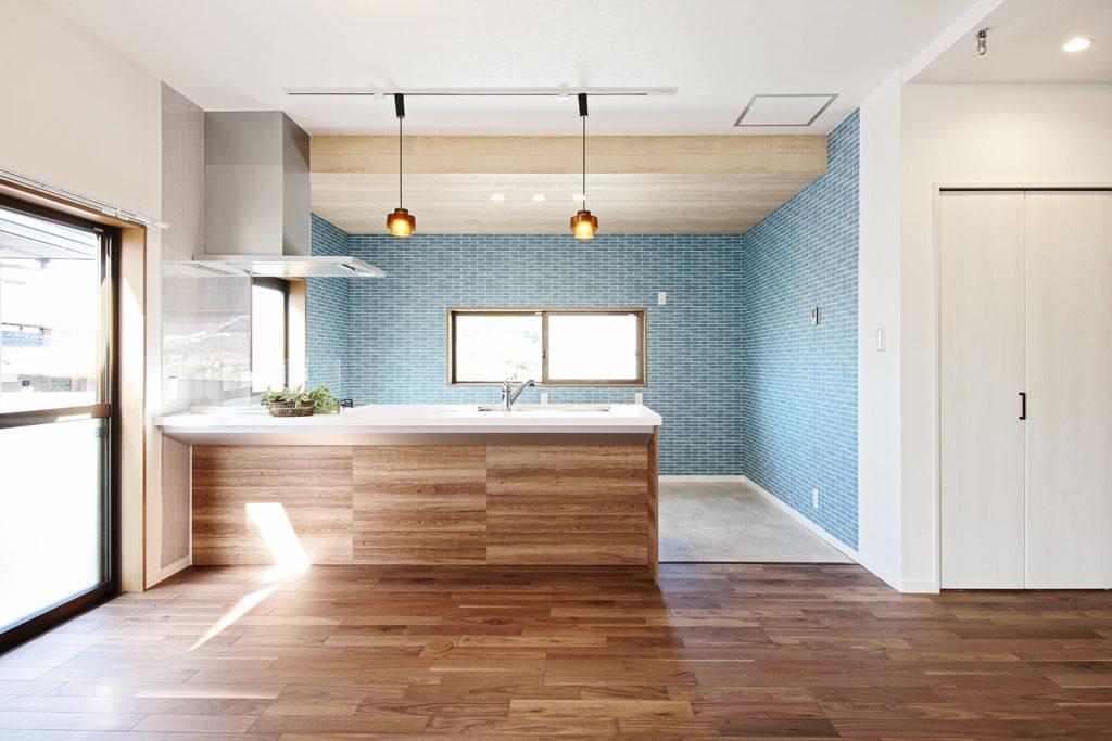 キッチンはクリナップのラクエラを採用しました。フローリングには朝日ウッドテックのブラックウォルナットにしました。ダークな床材と爽やかなブルーの壁紙がとても素敵です。