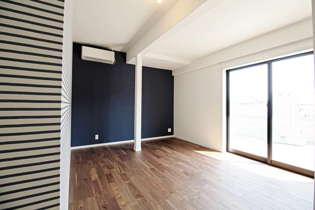1室はアクセントとしてブルーを使った仕上がりに。既存の柱が残っていますが、戸建リノベーションならではの味です。
