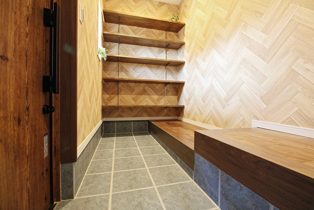 玄関と部屋の段差が高かったため、上り框を階段式にしました。登りやすく座って靴も履きやすい、理にかなった玄関に生まれ変わりました。下駄箱は可動式の棚にし、用途によって自由に高さを変えられます。