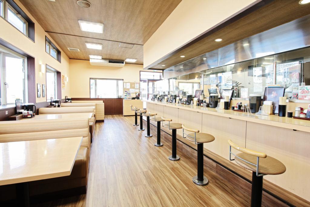 内装はカウンターの席数を減らし、間隔を広くしたことで、従前よりゆっくり座れる様になりました。