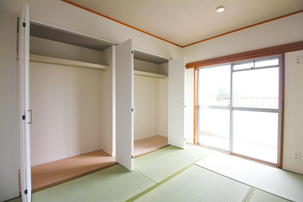 和室の押入と床の間を撤去し、クローゼットにしました。折れ戸になったことで、間口が広くなり収納しやすくなりました。