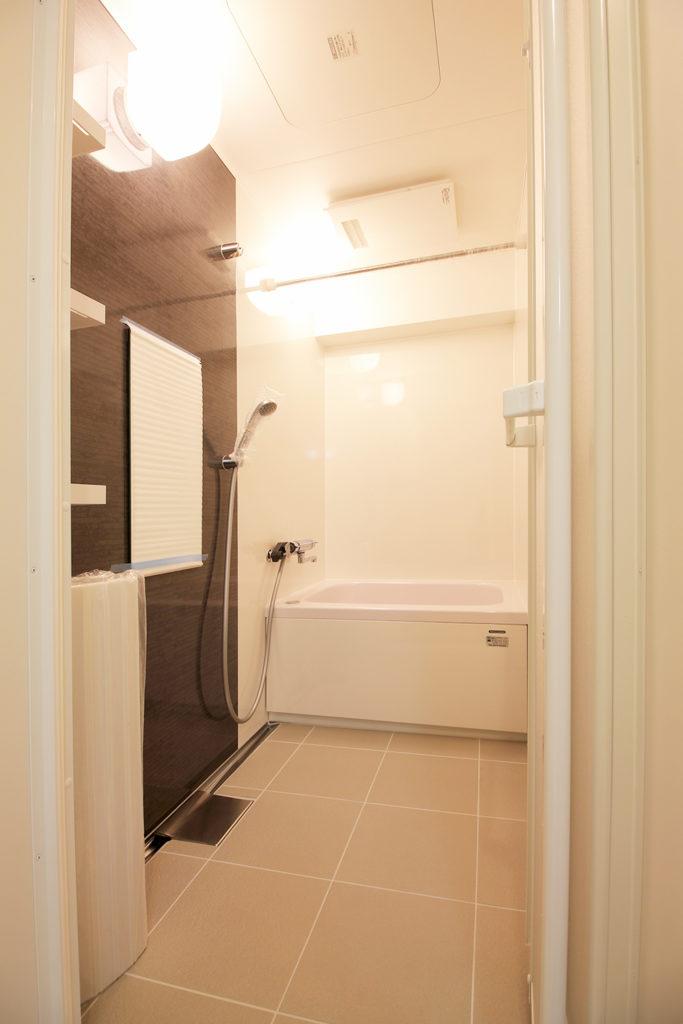 全面タイル張りだった浴室をユニットバスに変更しました。