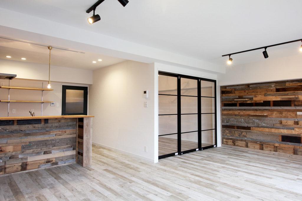 全体的に和室を洋室に間取りを変えて寝室はガラス引戸で仕切りました。