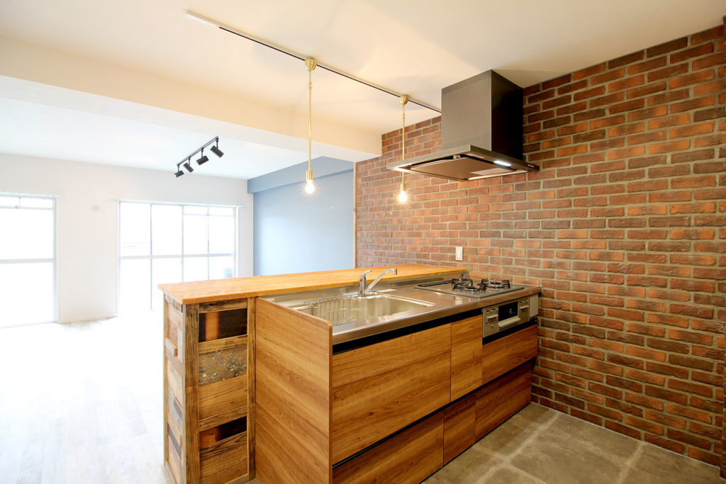 キッチンの壁には本物のレンガをびっしり張りました。格好いい空間を演出してくれています。