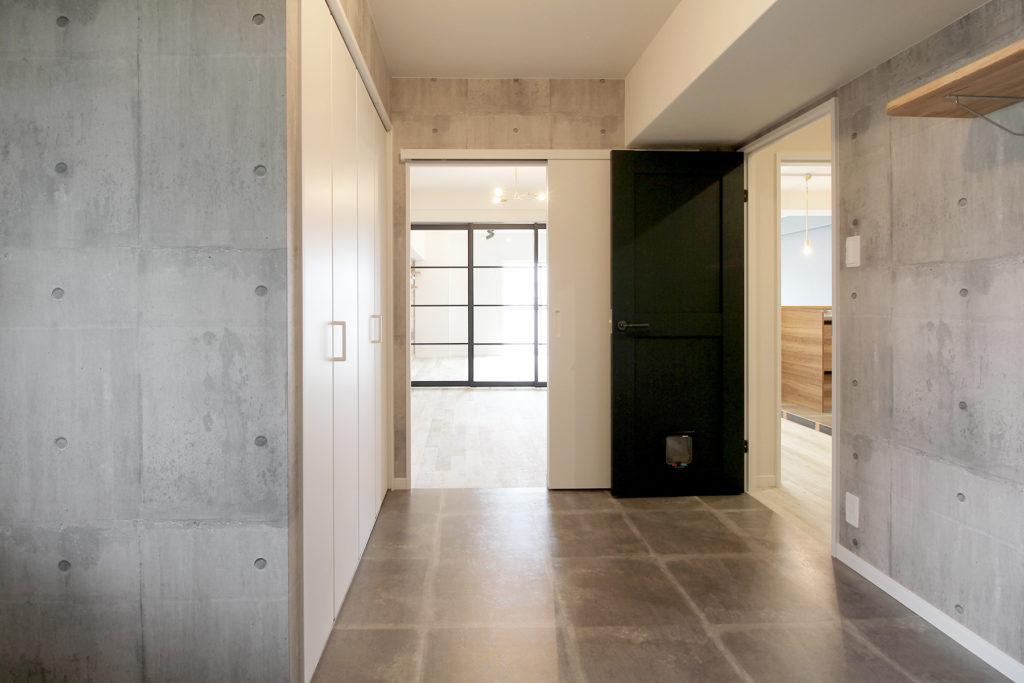 洋室はコンクリート打ちっ放し風の壁紙と床材で無機質な印象に仕上げました。