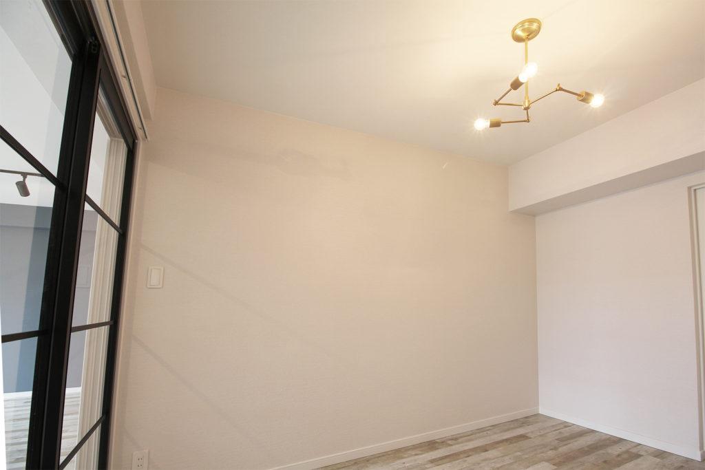 寝室は落ち着いた白の壁紙でまとめました。ガラス引戸でリビングへ、白の引戸で隣室へ移動できます。