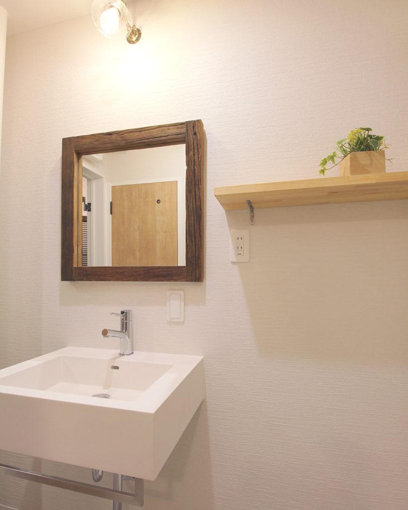 洗面化粧台はサンワカンパニーのレッタンゴロを採用しました。他の居室と少し違う温かみのある印象に仕上がりました。