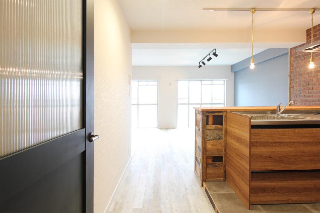 リビングの扉を開くと窓からめいっぱいの光が入ってくる明るい空間に。グレイッシュな木目調床材を使用したことでより明るく感じることが出来ます。