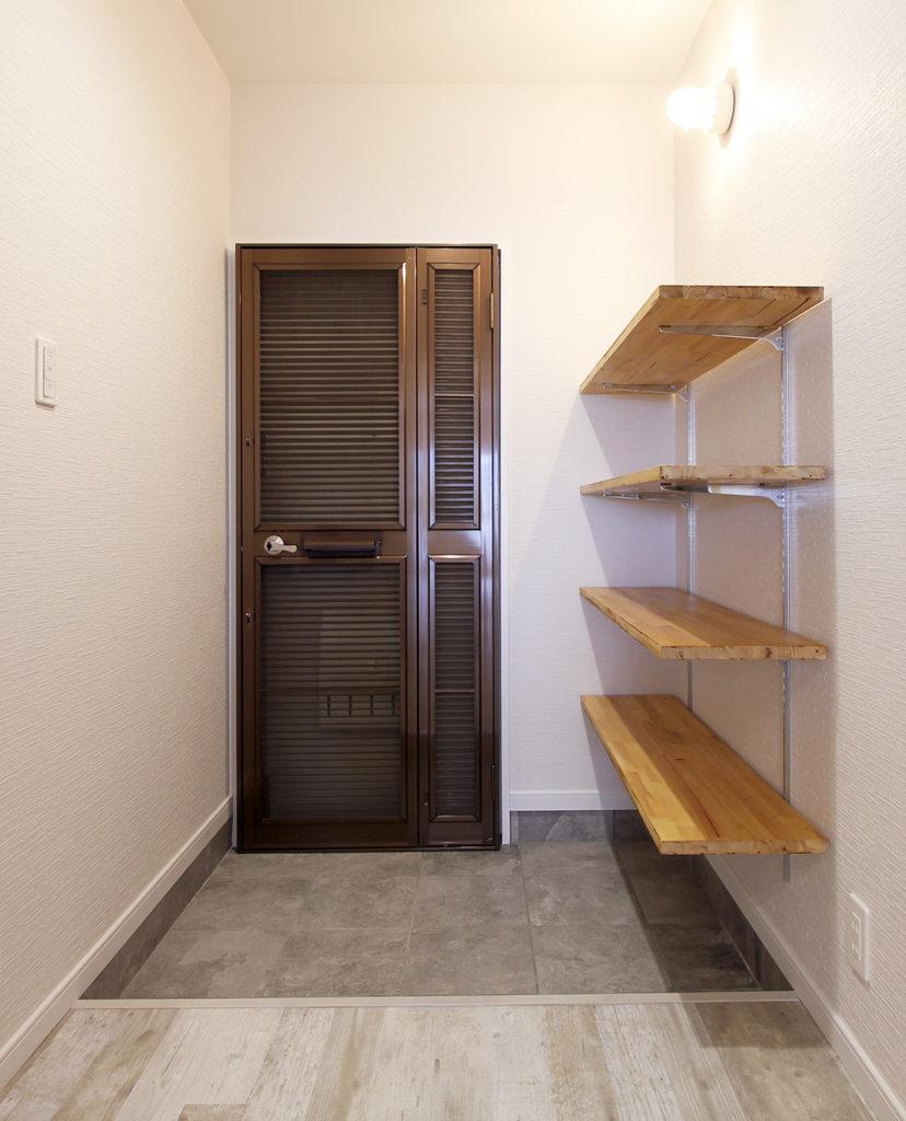 玄関にはオープンなシューズ棚を設置しました。