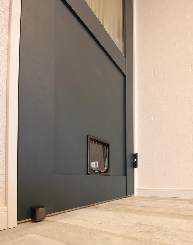 LIXILのラシッサD・ヴィンティアドアにペットドアを取り付けました。