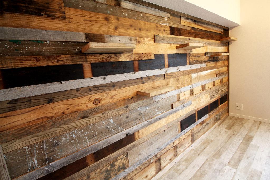 リビングの壁には古材でつくったキャットウォークを設置しました。使ってくれると嬉しいですね。