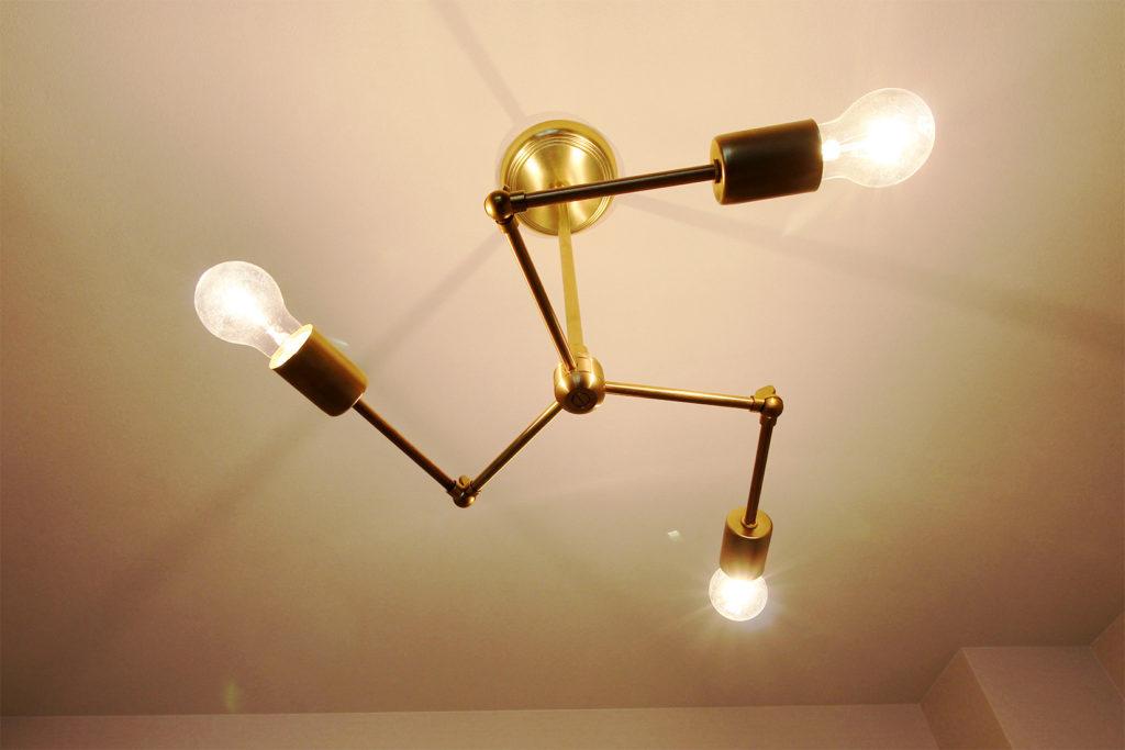 アメリカンヴィンテージをモチーフにしたACME furnitureのペンダントランプ。好みの角度に調節可能な真鍮製の照明を今回採用しました。