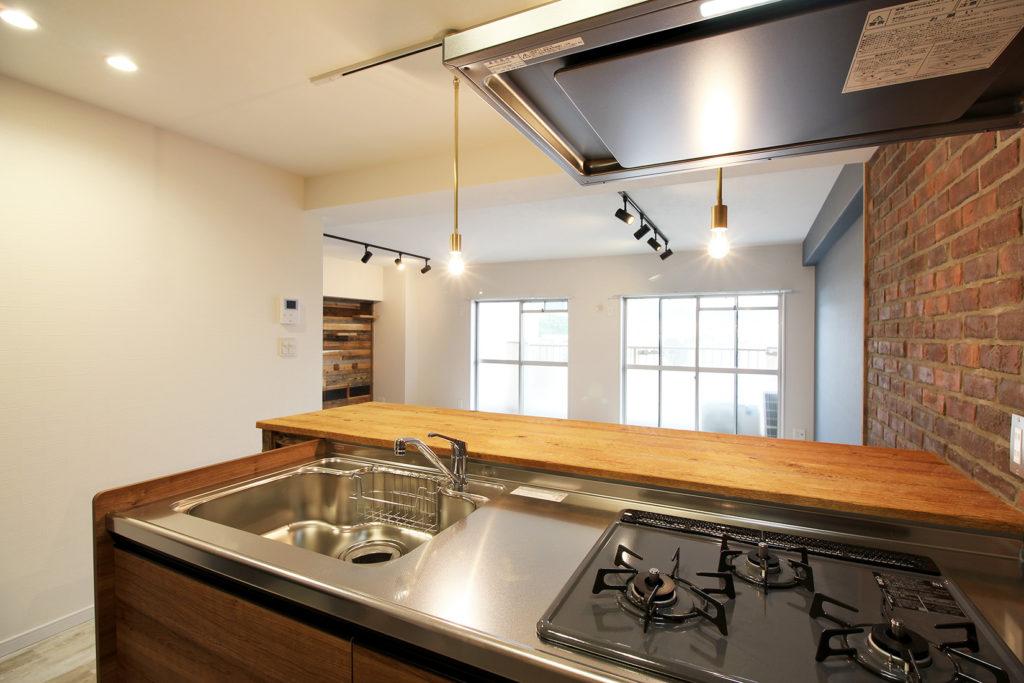 キッチンはクリナップのラクエラにしました。カウンターは幅広で使いやすい、USボードの古材を採用しました。