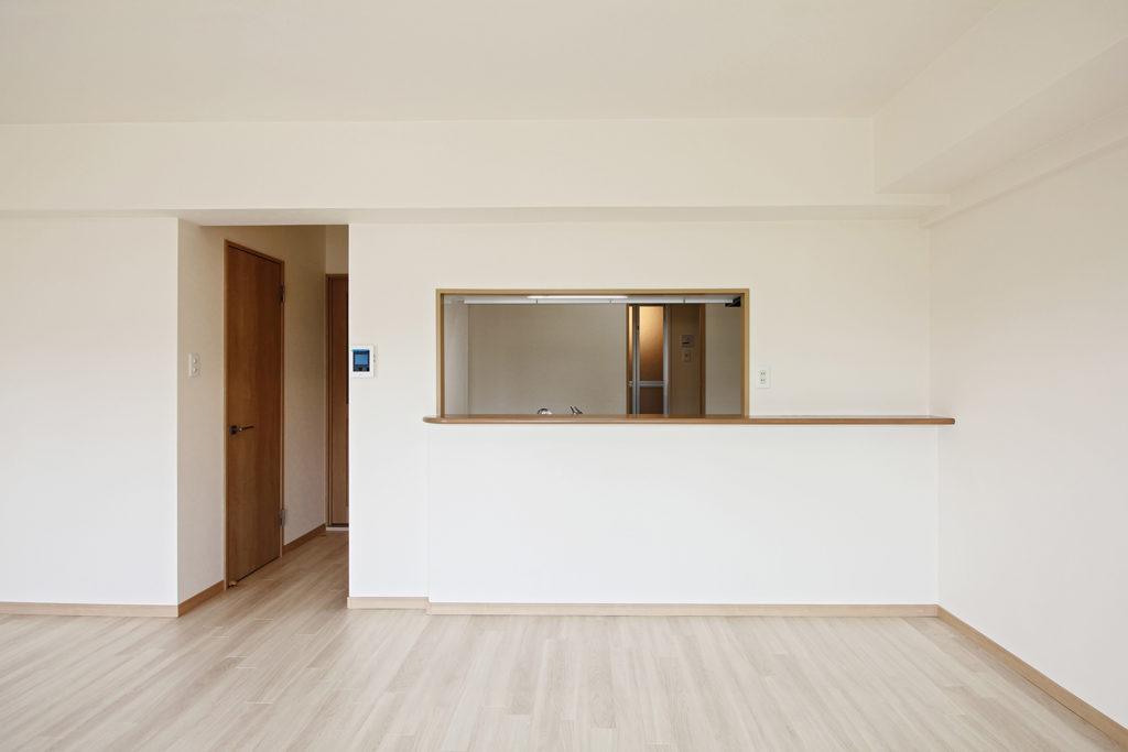 和室とダイニングキッチンの間仕切壁を撤去し、LDKに変更しました。ホワイト系の床材を使用したことで明るい雰囲気になりました。