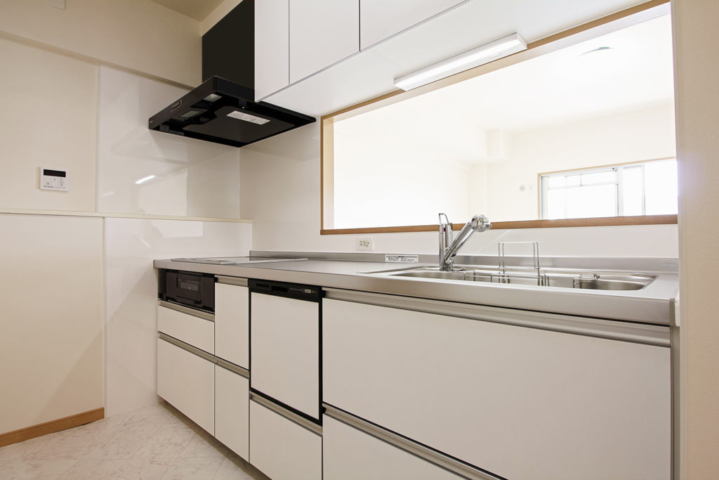 キッチンは白で統一しました。床には石目柄のCFシートを使用しました。