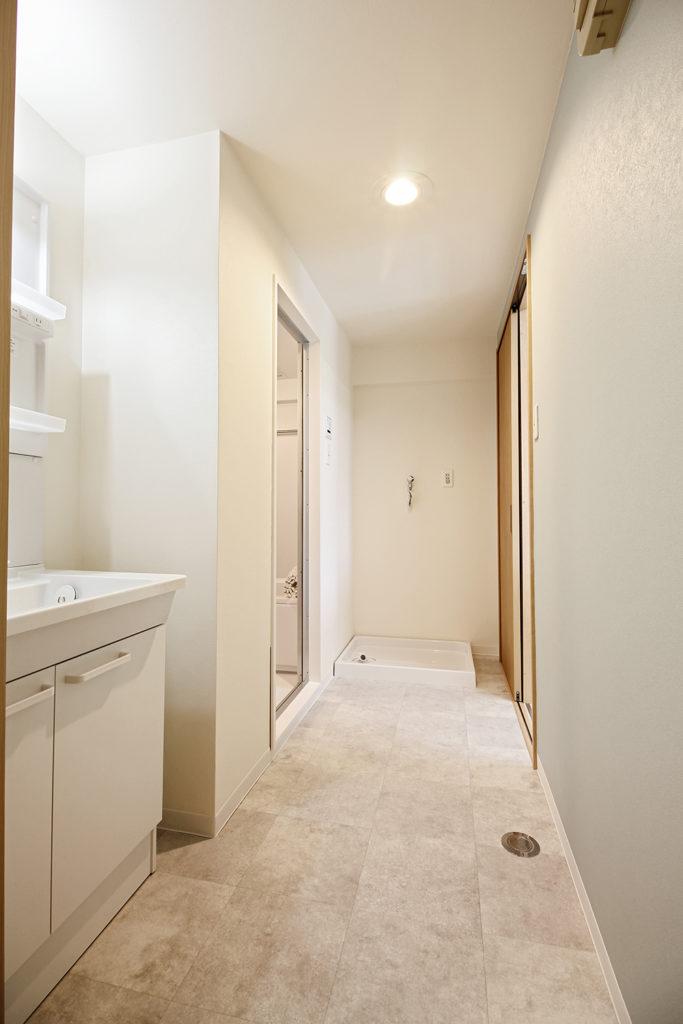 洗面室の壁紙にアクセントとしてグリーンを取り入れました。床には石目柄のCFシートを使っています。