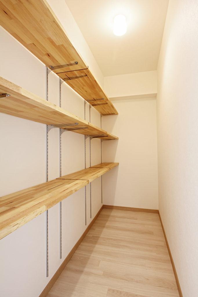 和室の押入だった場所をパントリーに変更しました。容量もたっぷりで日用品の収納に便利です。