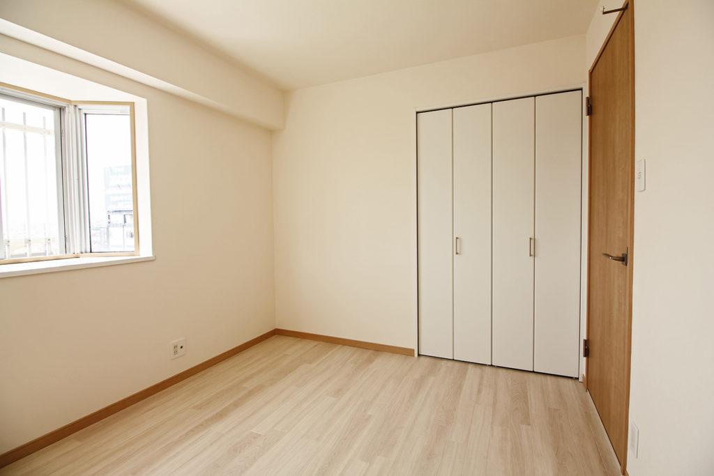全く収納が無かった洋室ですが、間仕切壁を組み直して隣接する洋室とクローゼットを半分に分けました。