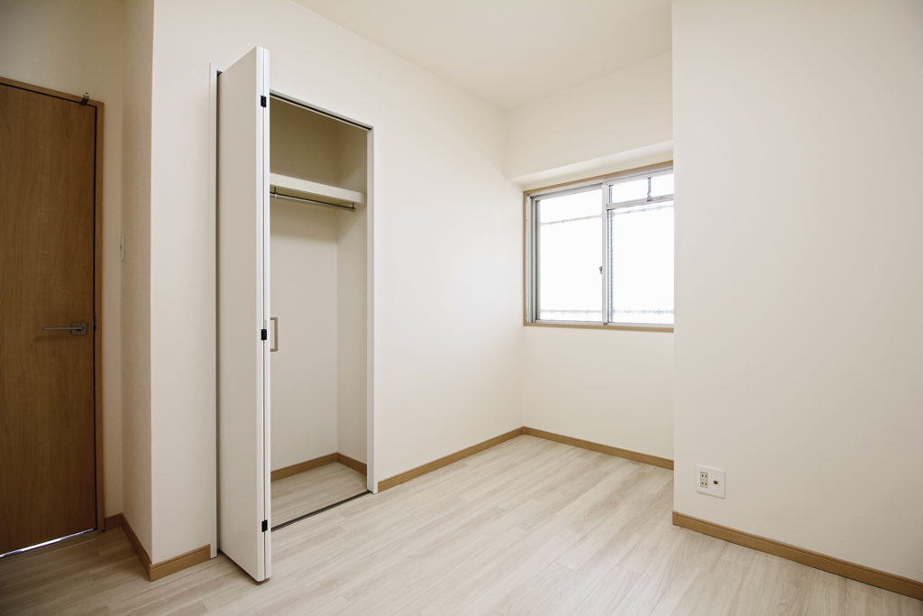 北面でどうしても暗く感じてしまっていたお部屋は白を基調とした明るい空間に生まれ変わりました。